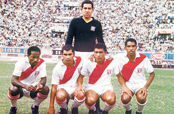 Aquí con su zaga Eloy Campos, Orlando La Torre, Héctor Chumpitaz y Rafael Risco.
