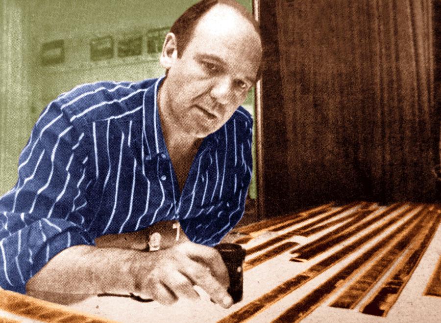 Aldo Proietto revisando las diapositivas cuando era subdirector de El Gráfico en 1989.