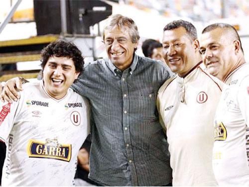 """Leguía, tomándose una foto con los hinchas de la """"U"""" 4.- Alexi Gómez, ex jugador de Universitario de Deportes, que milita en el Atlas de  México."""
