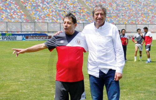 Con Roberto Challe, posando en una foto, en el Estadio Monumental