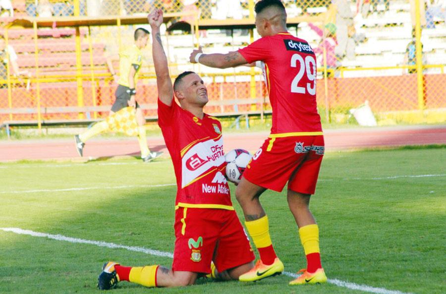 El 'paragua' Neumann agradece al Todopoderoso por su gol de penal. Llega Lojas para el festejo