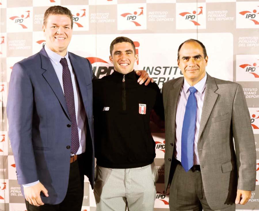 El abanderado de la delegación Eduardo Linares junto a Oscar Fernández del IPD y Carlos Zegarra, Director de Deporte Afiliado