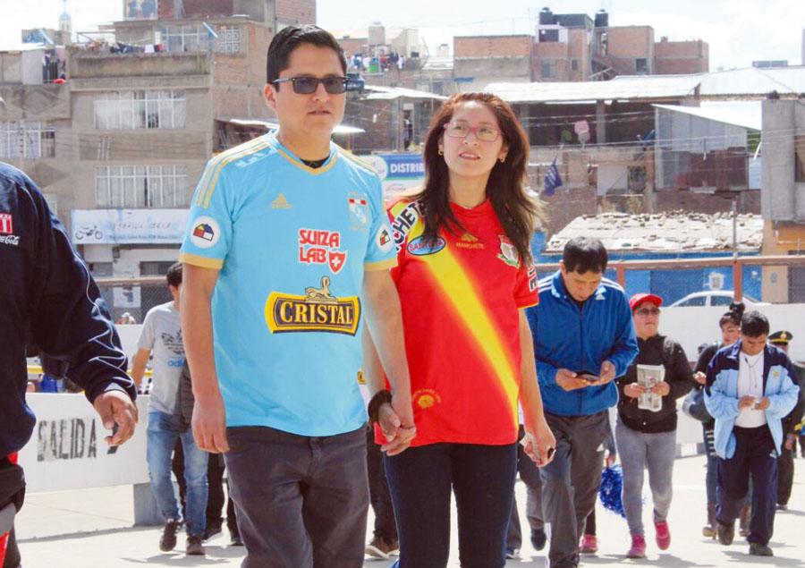 El amor, el amor. Él es celeste y ella del 'Rojo Matador'. Llegaron de la mano al estadio para la primera final y prometieron que juntos estarán en Lima para el cotejo de vuelta.