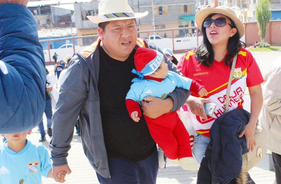 La familia presente. Los papás son fanáticos huancas, pero al hijo le compraron la camiseta de Cristal, como para quedar bien con los dos finalistas.