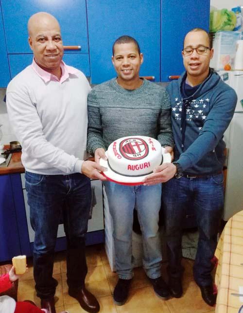 Carlos Leturia al lado de sus hijos, siempre recuerda al Perú