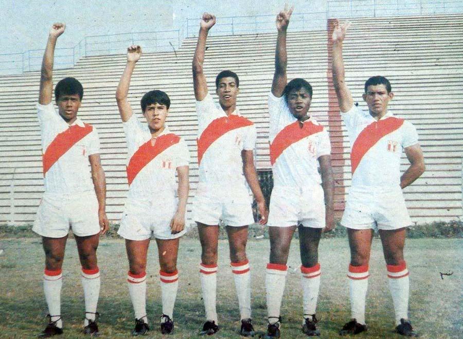 Carlos Leturia, en la imagen se encuentra en el medio, junto a sus compañeros de la selección juvenil de los inicios de los años 70. Leturia fue un centro delantero que tenía gol