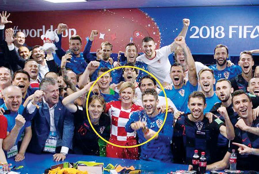 Kolinda cuando eliminaron a Rusia, bajó al camarín y festejó junto a su selección.