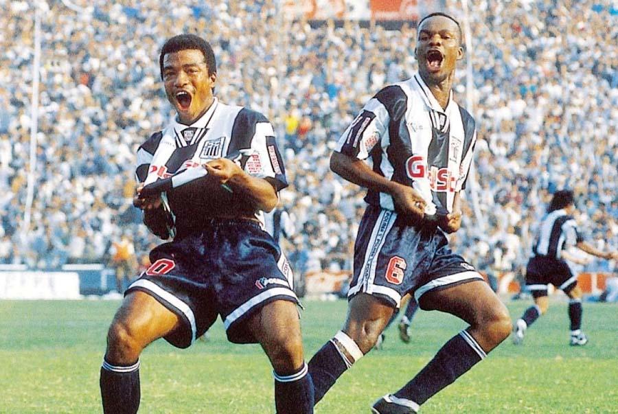 El goleador aliancista, Waldir Sáenz, grita el segundo gol que le hizo a los cremas en mayo de 1995