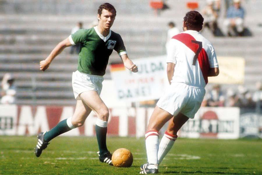 Beckenbauer frente a Chale en el estadio de León