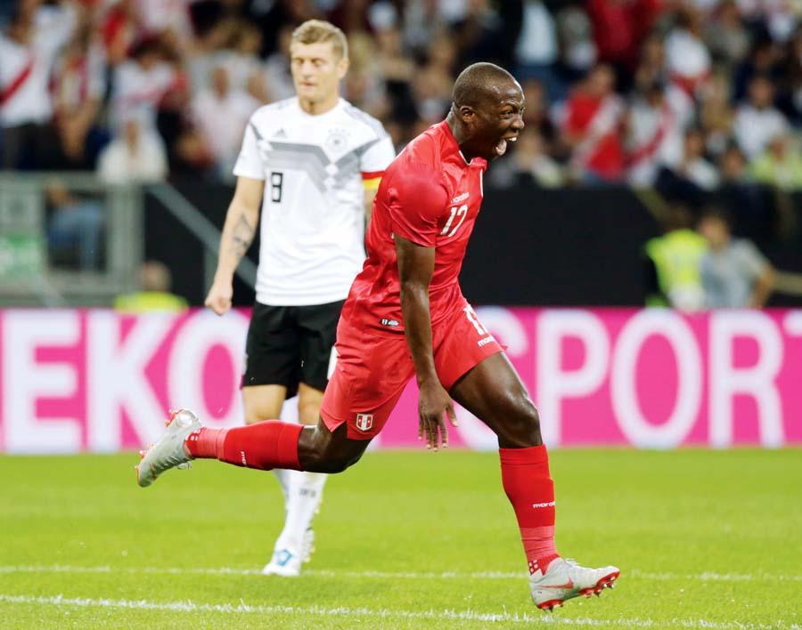 El 'Rayo' Advíncula hizo un golazo y fue el más destacado del equipo nacional