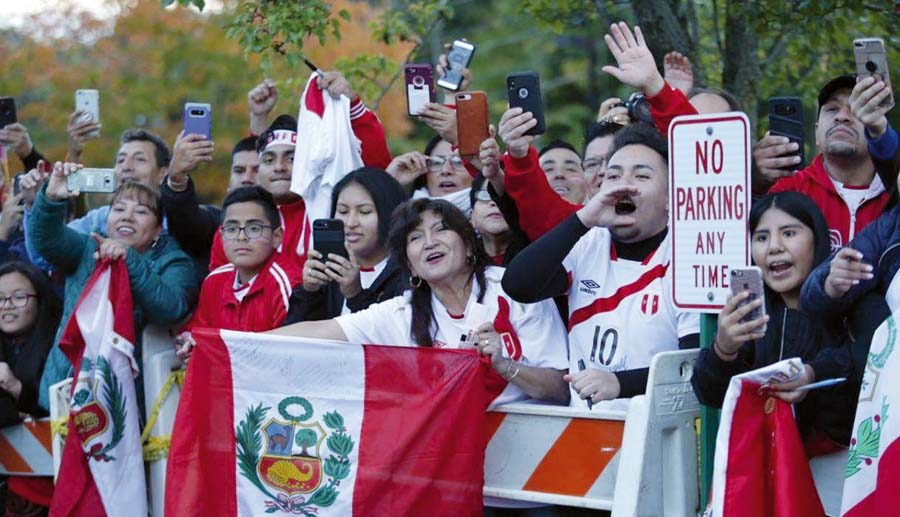 Antes, durante y despuéS. Los hinchas de la selección peruana hicieron sentir como en casa a los dirigidos por Ricardo Gareca ya que desde que salieron con destino al estadio les brindaron su apoyo incondicional.