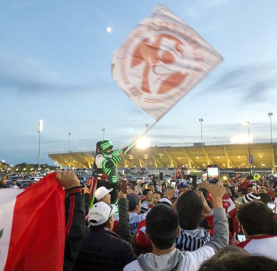 Blanquirrojo. Los peruanos pintaron con los colores de la bandera nacional los alrededores del Estadio Pratt & Whitney puesto que llegaron en gran número para ver el choque contra los estadounidenses.