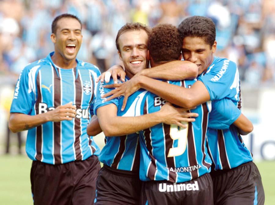 Celebrando con sus compañeros de Gremio de Porto Alegre