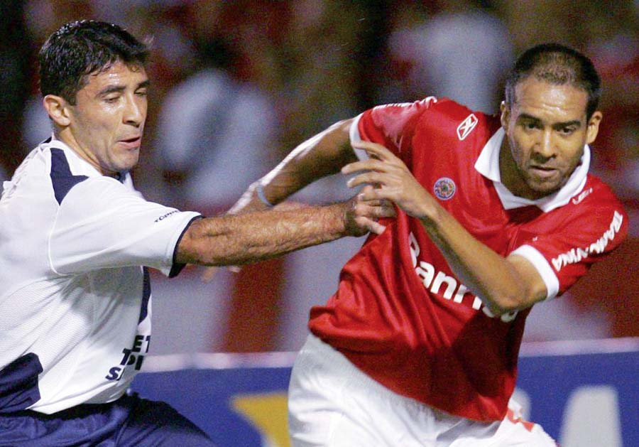Hidalgo  es uno de los pocos peruanos que jugó en más equipos extranjeros