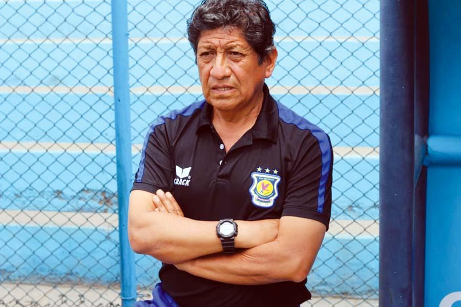 Javier Arce, entrenador de Comerciantes Unidos