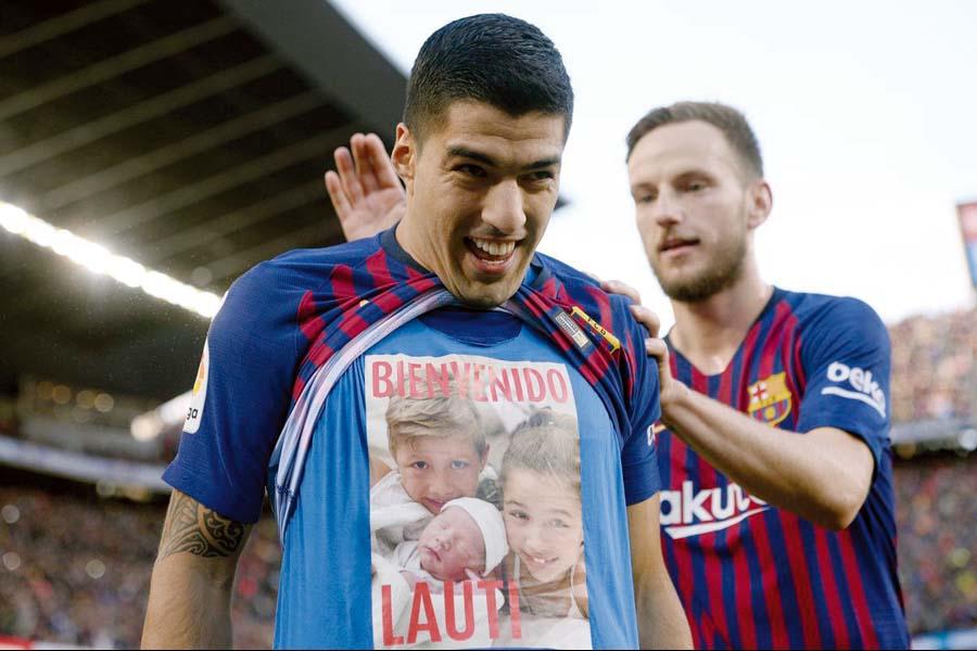 Luis Suárez mostró un polo con el rostro de nuevo hijo Lauti