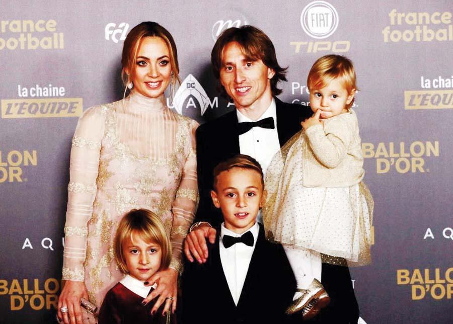 El croata Luka Modric, llegó a la ceremonia con su esposa e hijos
