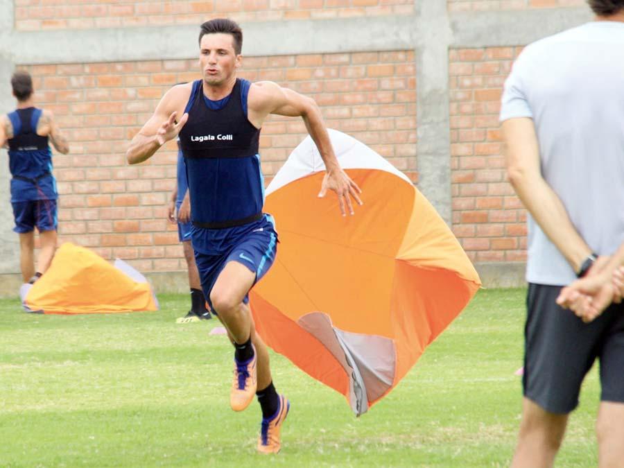 Paracaídas con el fin de potenciar la resistencia y velocidad en Alianza Lima