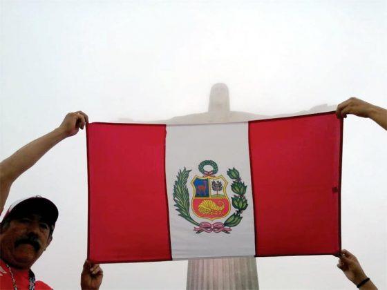 Cristo es peruano. La bandera peruana presente en el monumento del Cristo Redentor, los hinchas esperan que hoy nos ilumine ante Bolivia.