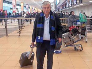 Saliendo con mi bolso de mano del aeropuerto rumbo al avión