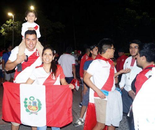 La unión hace la fuerza. Esta alegre familia llegó desde Lima y aseguran que alentarán de inicio a fin a la selección, no se quieren regresar rápido de Brasil.