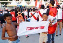 Presente en todos lados. La bandera de TODO SPORT se hizo presente en el estadio, muchos peruanos quisieron tomarse una foto, pero estos niños brasileños no la quisieron soltar ni un minuto.