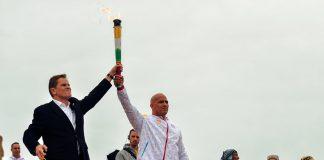 Atleta Carlos Felipa portando la antorcha parapanamericana en Santuario Arqueológico de Pachacámac