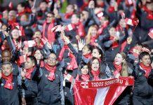 La delegación peruana, con 139 para atletas, ingresó al recinto deportivo, flameando la bandera hasta que se detuvieron para que los deportistas bailaran al ritmo de festejo.