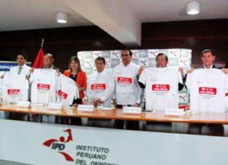Organizadores lucen la camiseta No a la violencia
