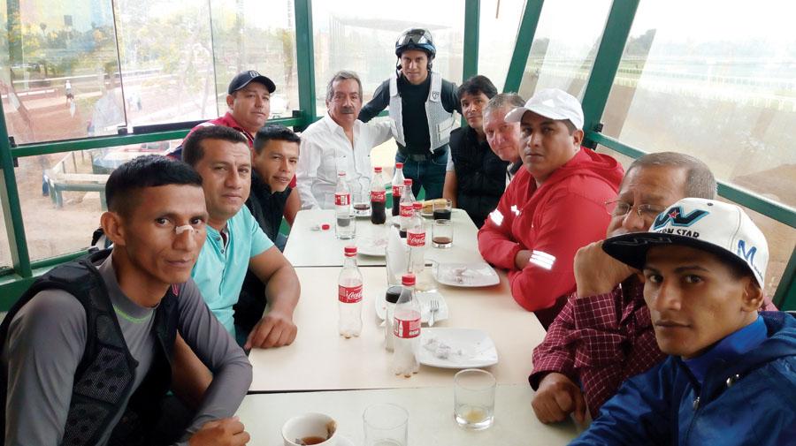 Salomón Dumani, Gerente General del Hipódromo Miguel Salem Dibó recibiendo el saludo de Carlos Trujillo. Lo acompañan profesionales y funcionarios de la hípica del vecino país.
