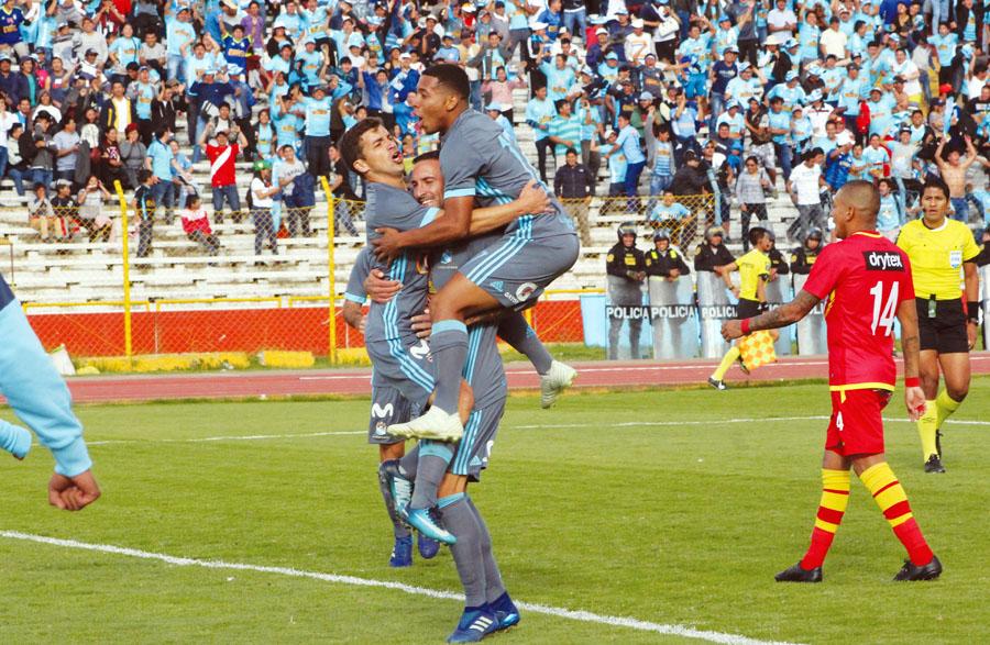 Así celebraron los celestes el gol de Costa. Junto a él festejan Herrera y Gómez
