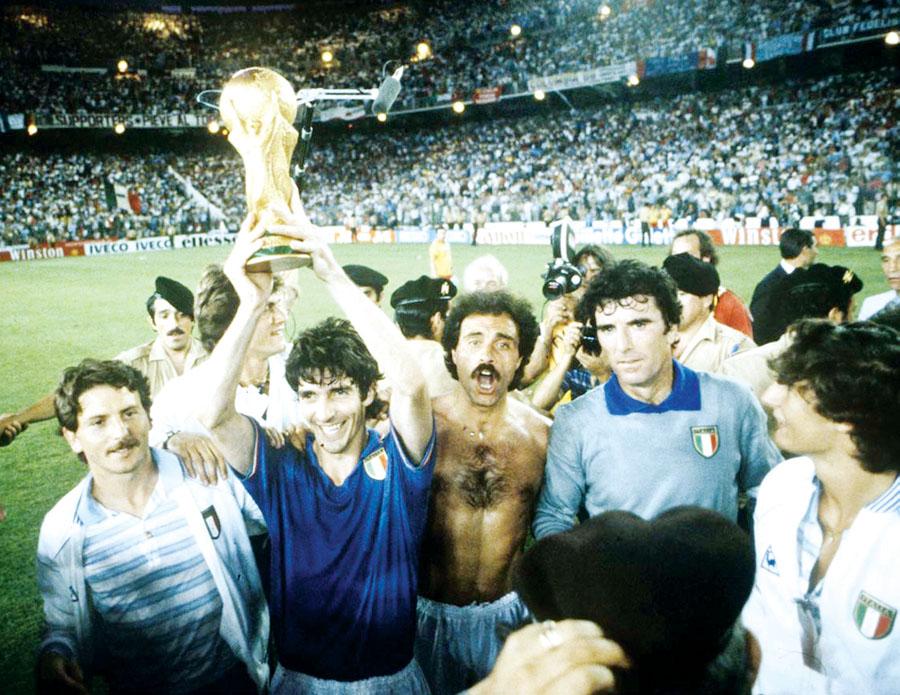 Los italianos dan la vuelta olímpica con el trofeo en la mano