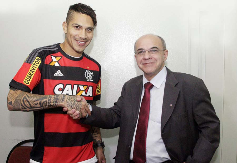 Paolo Guerrero junto al presidente del Flamengo