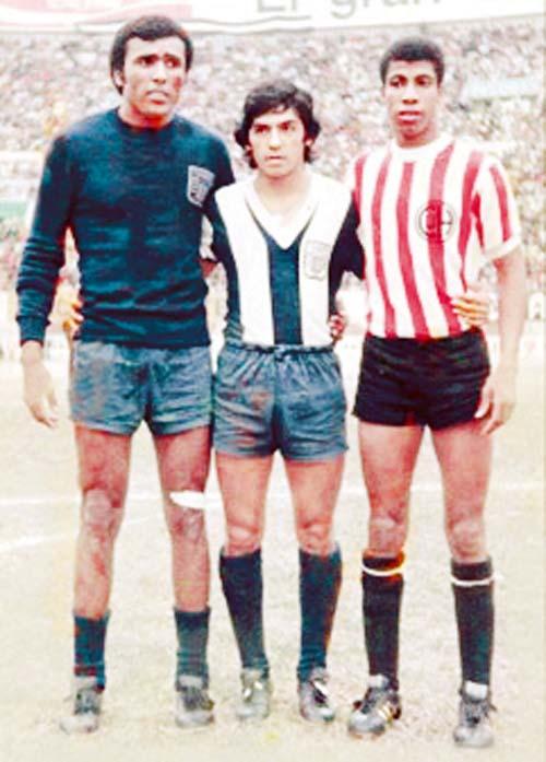Carlos Leturia, en los 70 jugó en Huaral, en la foto con 'Caíco' y Duarte