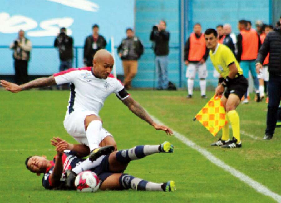 San Martín goleó 6-1 a un irreconocible Municipal. Es el primer triunfo de los 'Santos' en el Apertura