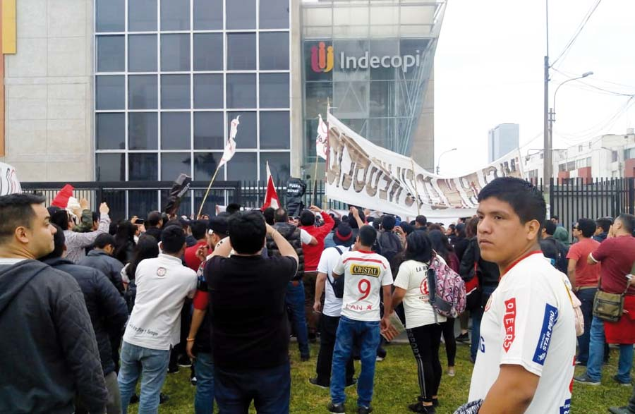 Hinchas merengues realizaron plantón frente a INDECOPI