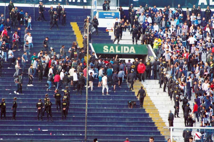 La violencia volvió a ensuciar nuestro fútbol. En la previa del choque enfrentamientos entre barristas dejó ocho heridos