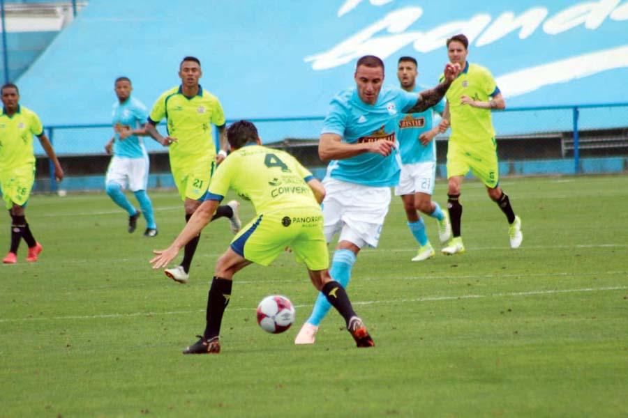 El goleador celeste Emanuel Herrera ingresó en el segundo tiempo, pero no estuvo fino
