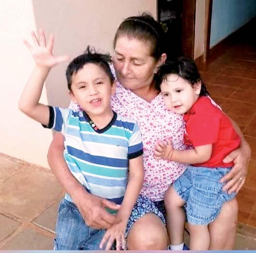 La madre de Carlos Neumann junto a sus dos nietos