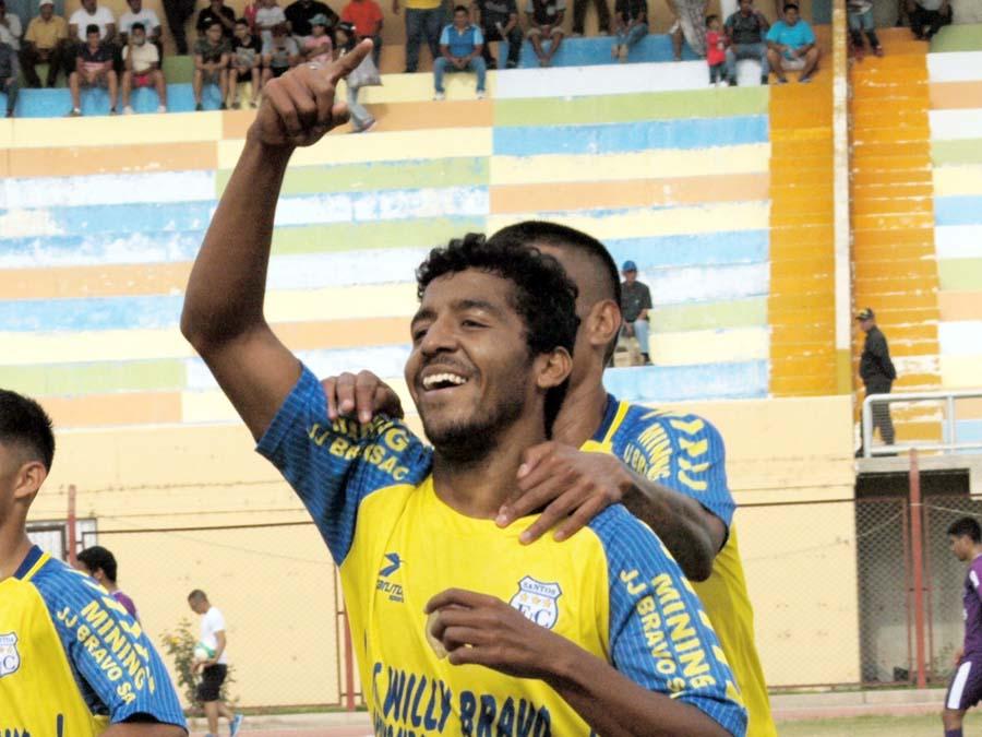 Miller Romero del Santos FC grita su gol ante Venus