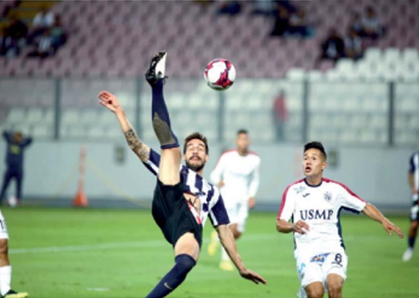 Una postal de fútbol. Tomás Costa rechaza ante la marca de Pretel.