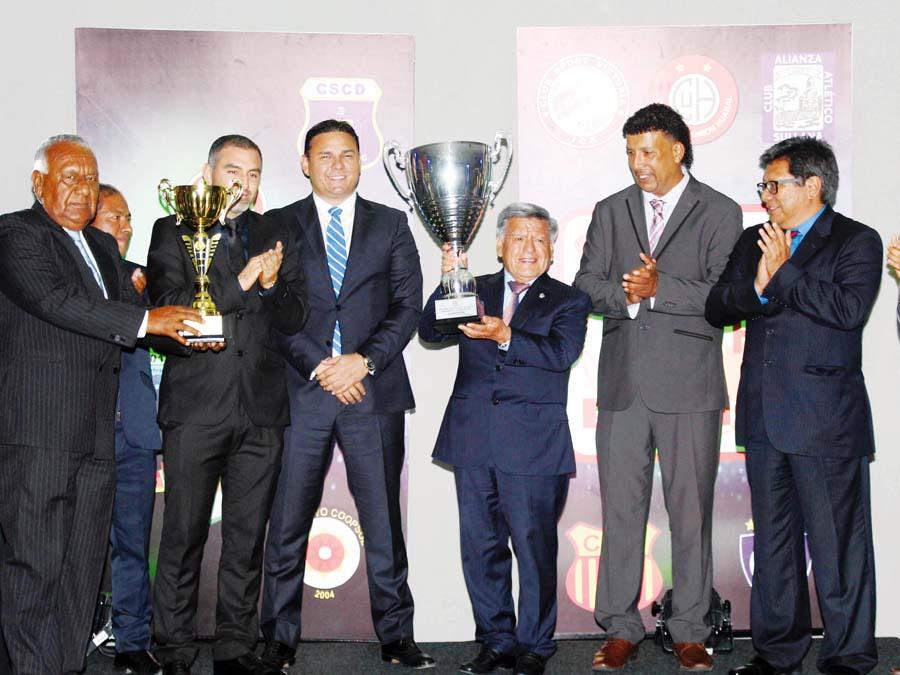 César Acuña, titular de los poetas recibió el trofeo, junto a sus directivos