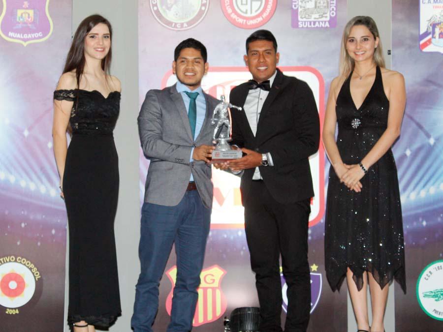 EL MEJOR JUGADOR: Razel García, del César Vallejo, recibe su premio de manos de Edson Villantoy, tesorero de la Segunda Profesional