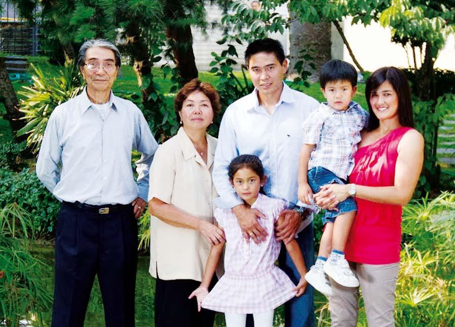Ernesto Arakaki en compañia de su familia