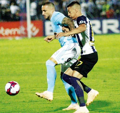 Herrera no hizo un gol, pero aguantó bien a la zaga rival. Aquí ante Godoy