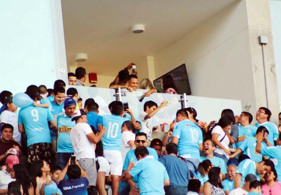Yoshi los vi. El futbolista Yoshimar Yotún asistió al estadio para darle todo su apoyo ansu ex equipo en el que salió campeón. Grito y vibró como un fanático mas siempre acompañado de su familia.