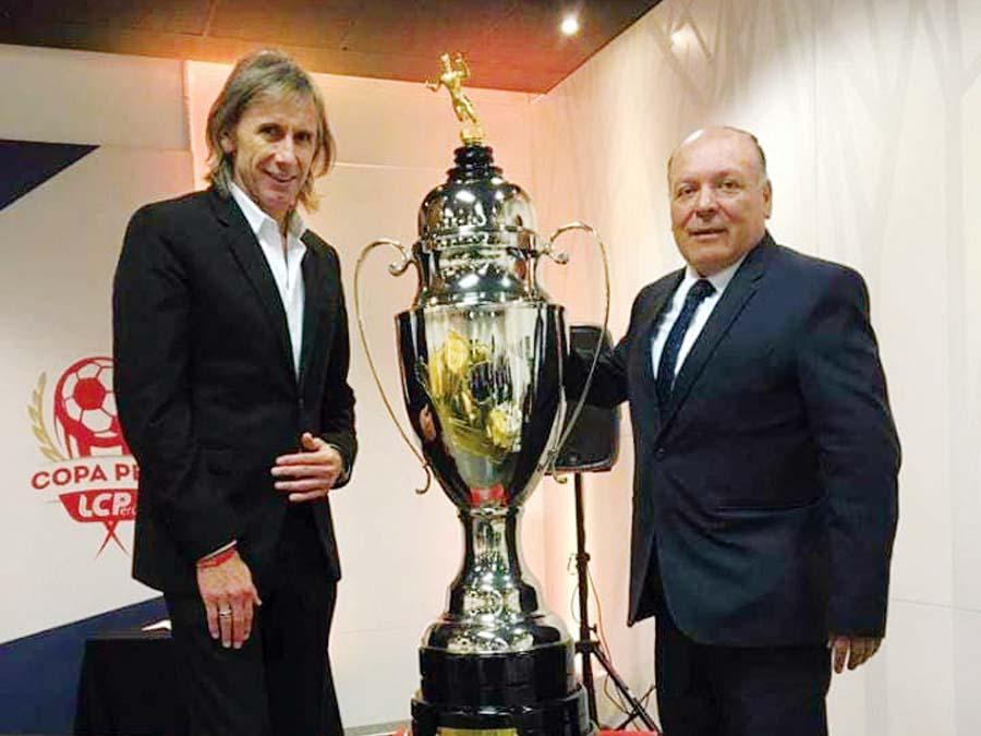 Lucho Duarte le muestra la Copa Perú a Ricardo Gareca
