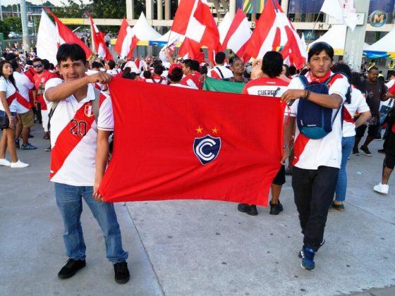 Infaltable. Estos hermanos hinchas de Cienciano viajaron por horas desde Cusco hasta el Maracaná, y aseguran que la cábala del triunfo fue la bandera del 'Papá' de América, y la van a llevar para el duelo ante el anfitrión.