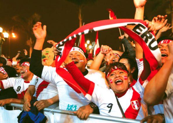 A PLAZA LLENA El rostro de esta señora refleja lo que se vivió anoche en la Plaza de Armas de Lima, que lució repleto de hinchas que presenciaron el encuentro en una pantalla gigante. Al final, corearon el himno nacional.
