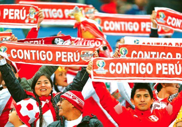 """CONTIGO PERÚ Un mar blanquirojo invadió la tribuna del Estadio Arena do Grêmio con banderolas con la frase """"Contigo Perú"""", que, además, acompañaron con el canto de la canción del 'Zambo' Cavero que lleva ese nombre."""
